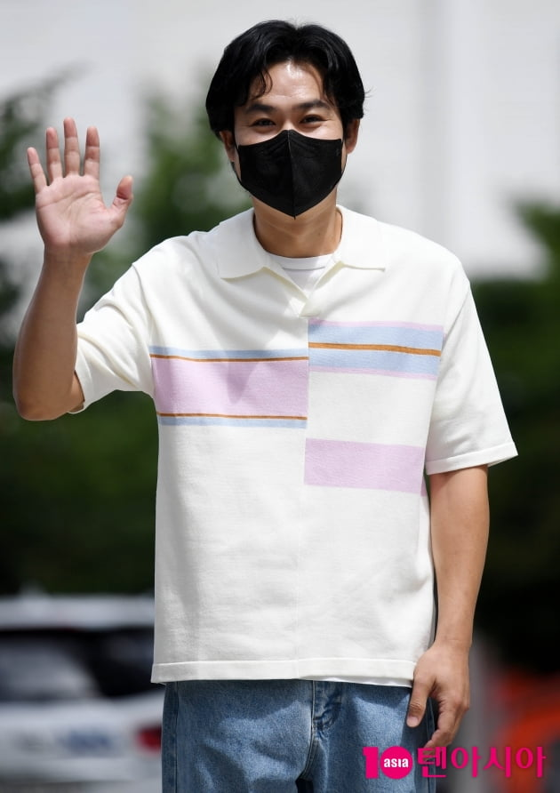 [TEN 포토] 김성균 '손인사도 훈훈하게'