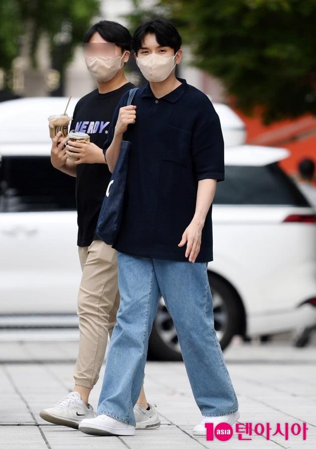 [TEN 포토] 슈퍼주니어 려욱 '에코백 매고 차분한 퇴근길'
