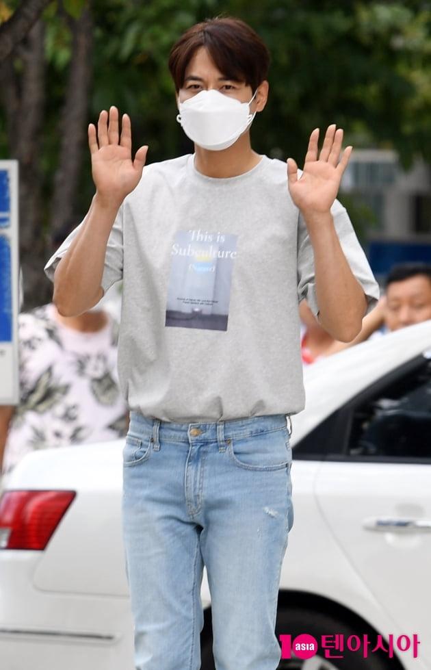 [TEN 포토] 이지훈 '퇴근인사도 스윗하게'