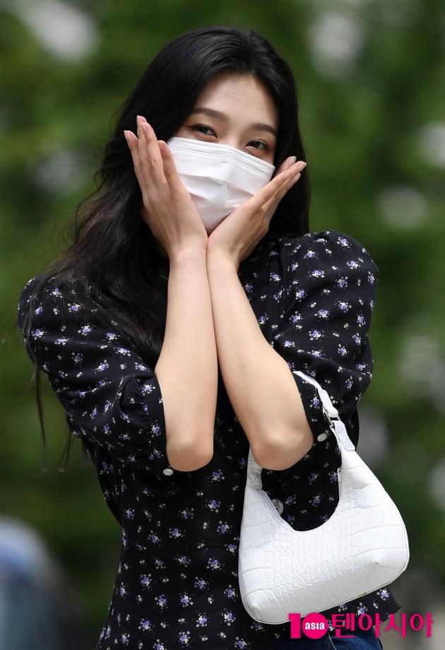 [TEN 포토] 레드벨벳 조이 '얼굴보다 작은 핸드백'