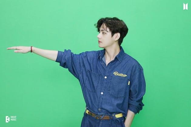 방탄소년단 뷔, CG같은 독보적 V주얼…청청패션도 '찰떡'