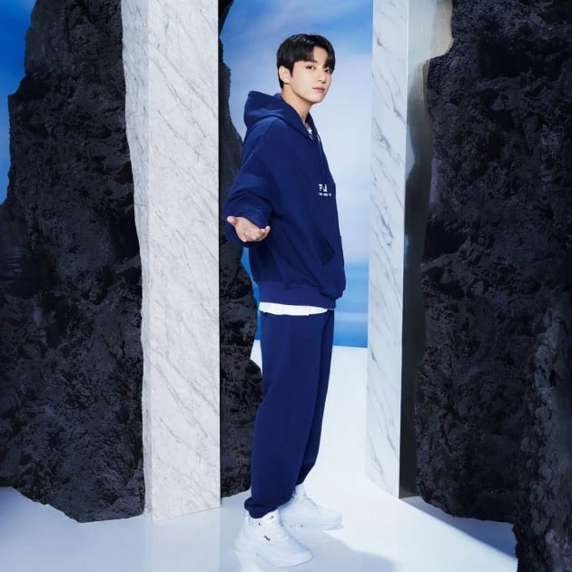 방탄소년단 정국 '스포티룩'도 명품처럼 소화..후드와 트레이닝 복으로 드러낸 가을 남성美