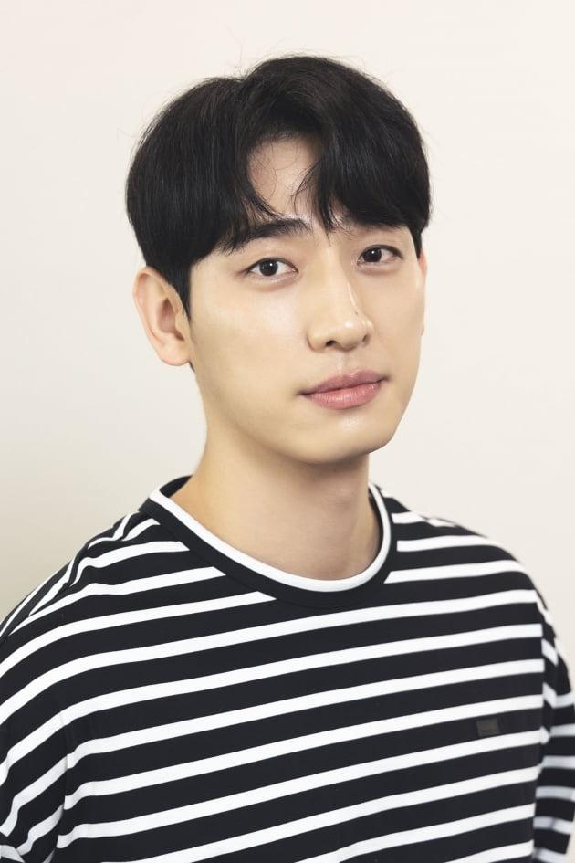 tvN 드라마 '너는 나의 봄'에서 투자사 대표 채준이자 신경외과 전문의 이안 체이스로 1인 2역을 맡은 배우 윤박. /사진제공=H&엔터테인먼트
