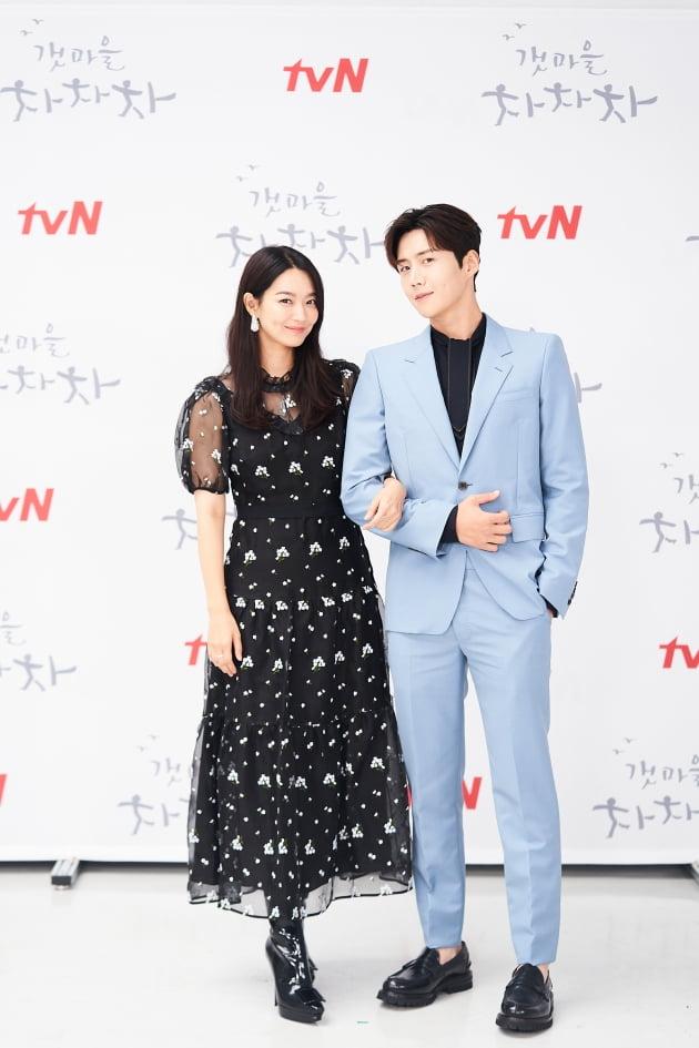 배우 신민아(왼쪽), 김선호가 24일 오후 온라인 생중계된 tvN 새 토일드라마 '갯마을 차차차' 제작발표회에 참석했다. /사진제공=tvN