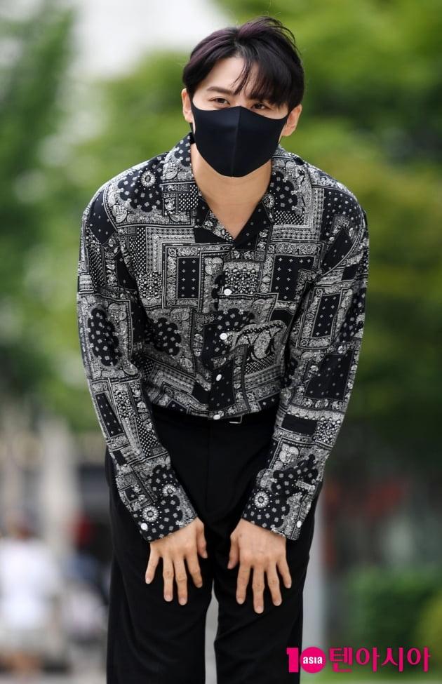 [TEN 포토] 김준수 '예의바른 폴더인사'