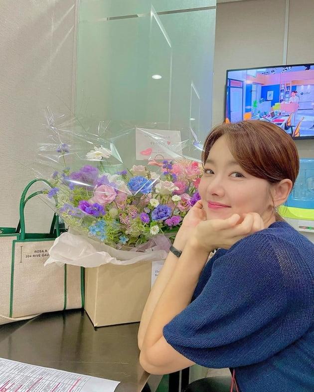 """'인교진♥' 소이현, 꽃바구니는 시어머니의 """"선물""""…사랑받는 며느리 '인증샷' [TEN★]"""