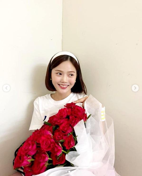 오마이걸 효정, 꽃다발 기죽이는 요정미소...누가 준 장미일까?[TEN★]