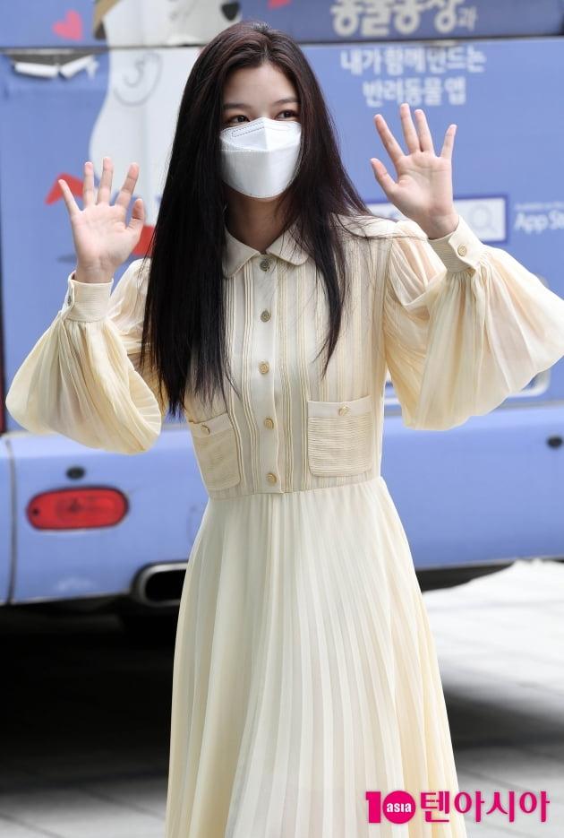 [TEN 포토] 김유정 '양손 흔드는 인형'