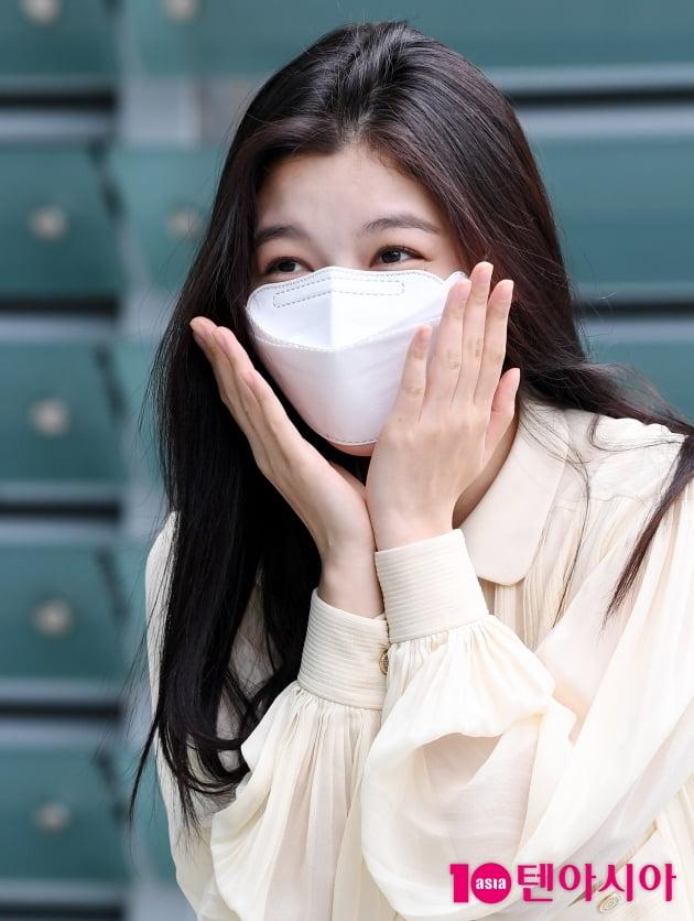 [TEN 포토] 김유정 '꽃받침에 빵 터졌어요'