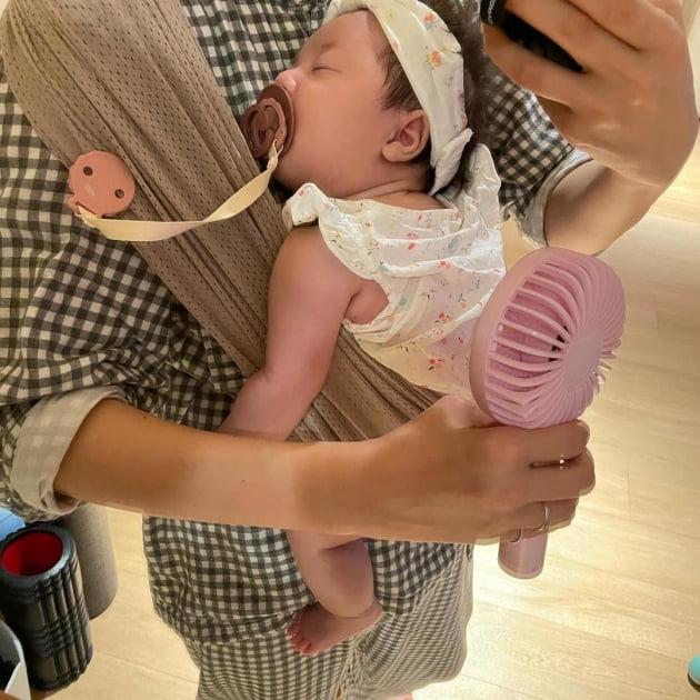 """한지혜, '♥검사 남편' 닮은 딸 육아 중 손풍기 전자파 걱정 """"이제 안 쓸래요"""" [TEN★]"""