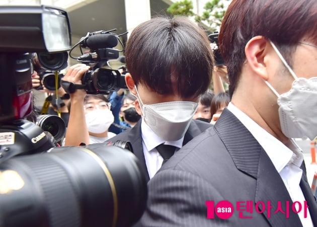 [TEN 포토] '마약 투약 협의' 비아이 '어마어마한 취재진에 둘러싸여'