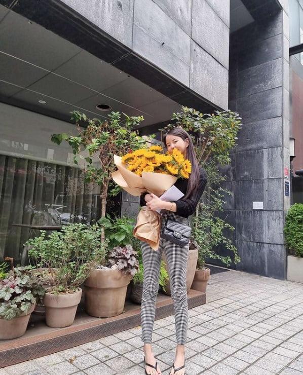 '이수근♥'박지연, 해바라기 꽃다발 들고 행복한 꽃미소[TEN★]