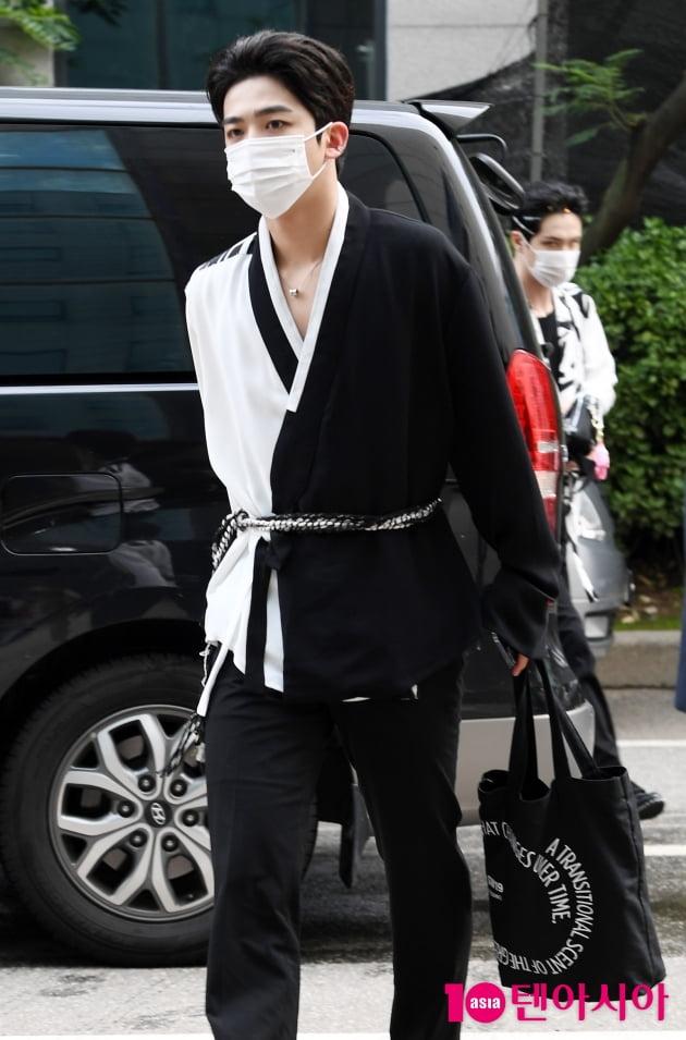 [TEN 포토] 위아이 김요한 '에코백을 사랑하는 남자'