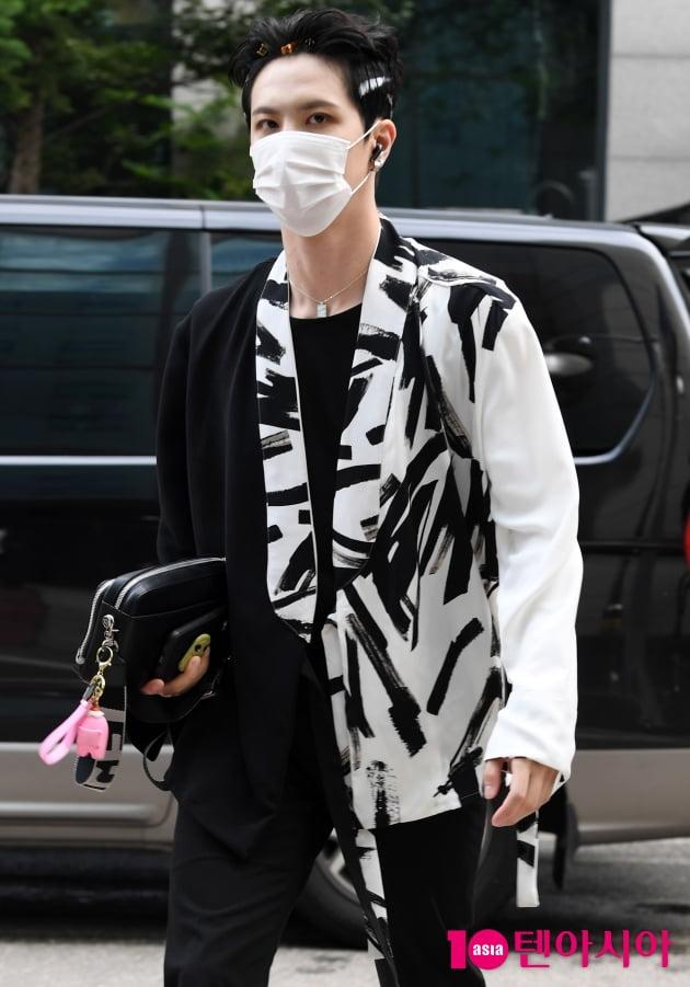 [TEN 포토] 위아이 김동한 '머리핀 꽃고 출근중'