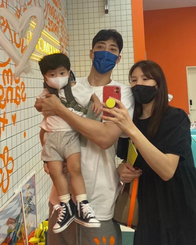 """'연하 농구선수♥' 애프터스쿨 정아, 사진엔 3명·실제론 4명 """"가족사진"""" 단란  [TEN★]"""