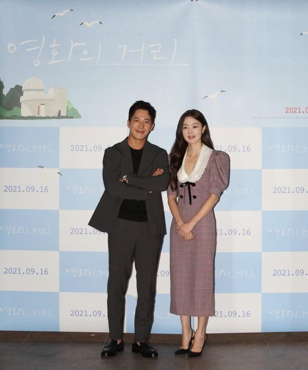 배우 이완(왼쪽), 한선화가 31일 열린 영화 '영화의 거리' 언론시사회에 참석했다. / 사진제공=씨네소파