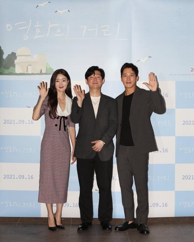 배우 한선화(왼쪽부터), 김민근 감독, 이완이 31일 열린 영화 '영화의 거리' 언론시사회에 참석했다. / 사진제공=씨네소파