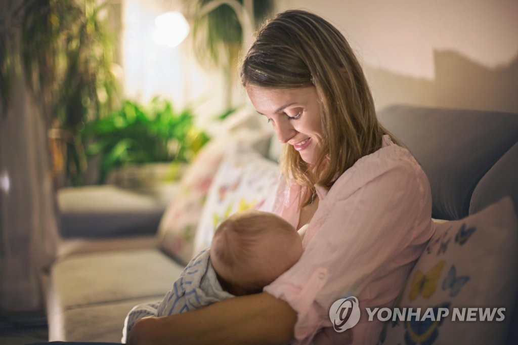 """[SNS세상] """"예전엔 흔한 모습이었는데""""…공공장소 모유 수유 줄어든 이유는"""