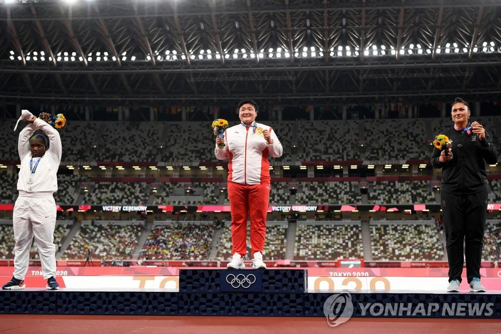 [올림픽] 포환던지기 은메달 손더스, 시상대서 'X' 제스처
