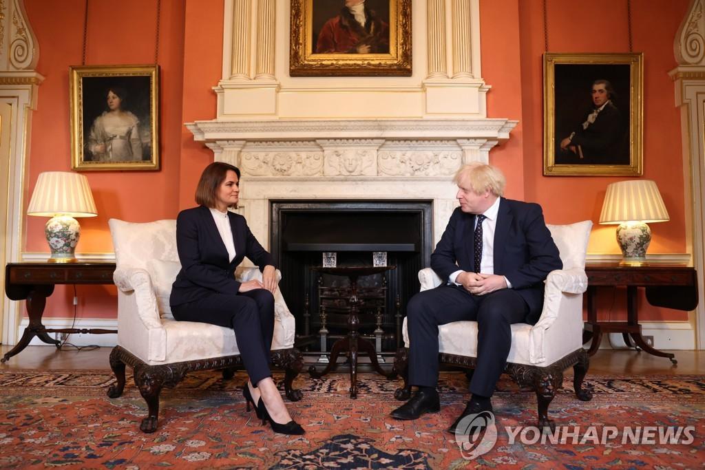 """영국 총리, 벨라루스 야권 지도자 만나 """"우린 당신 편"""""""