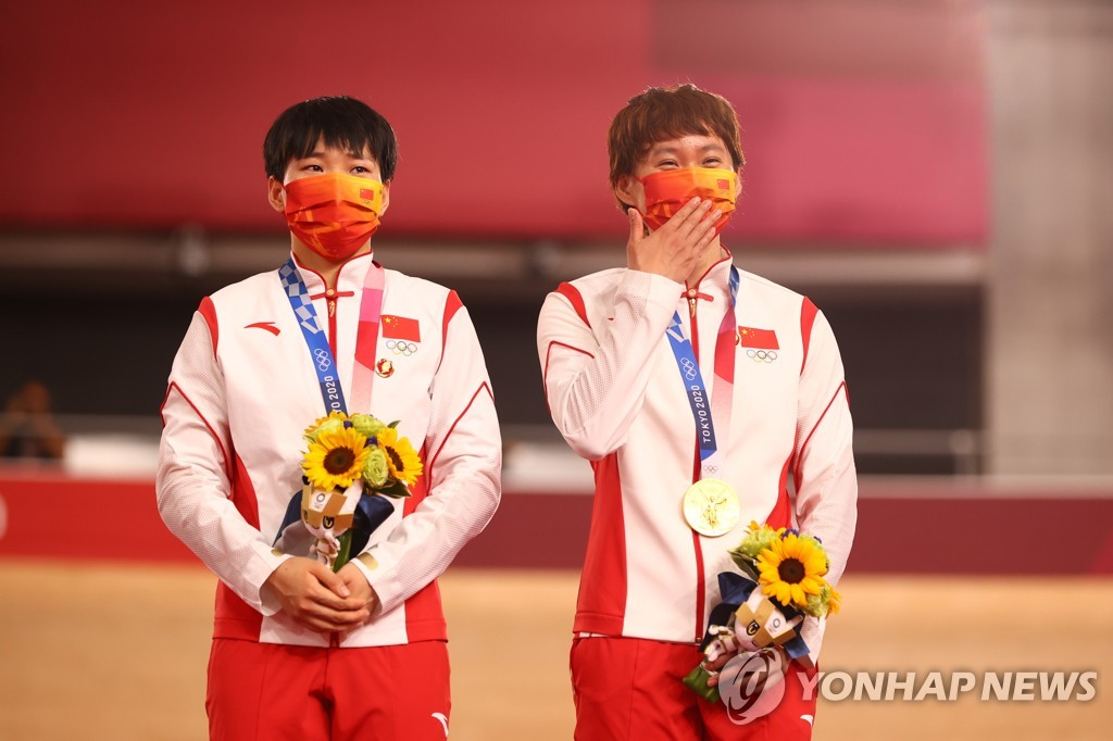 [올림픽] 중국 사이클 선수들, 시상대서 마오쩌둥 배지 '논란'