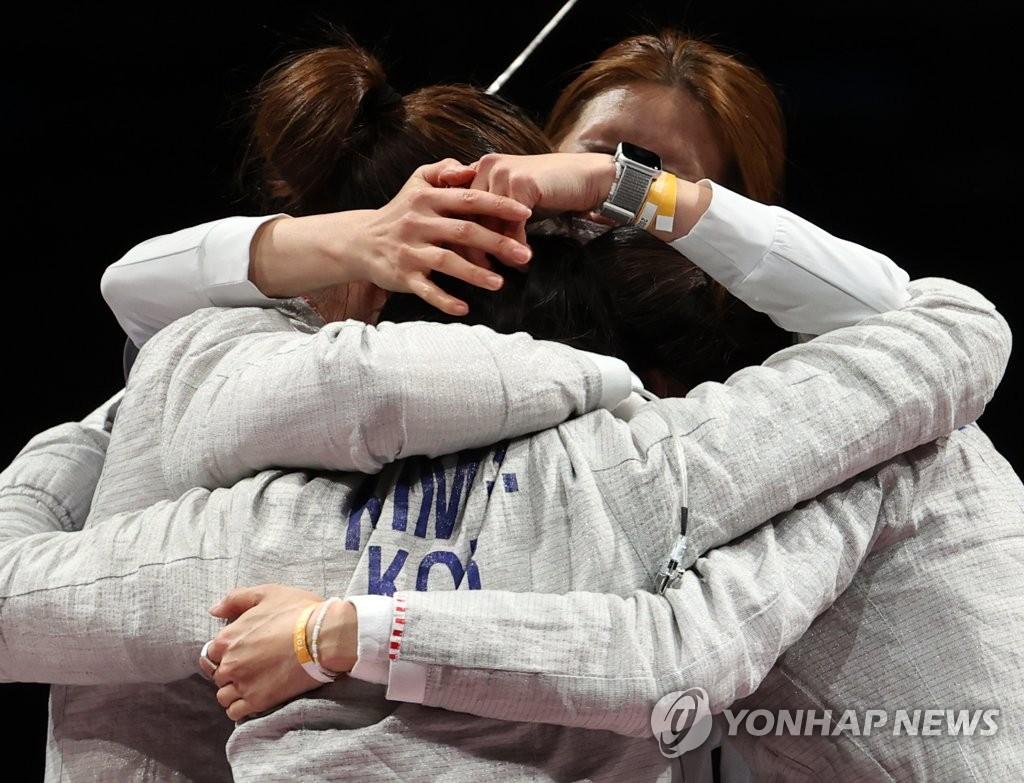 """문대통령, 女 펜싱 사브르 대표팀에 축전…""""기쁨과 용기 줘"""""""