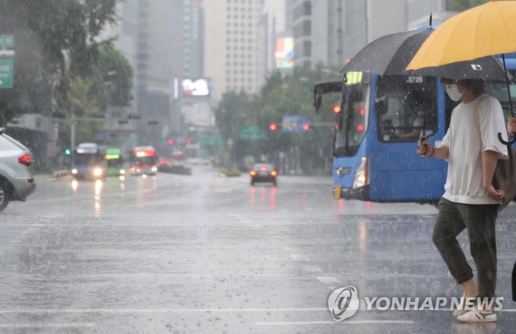 [내일날씨] 오후 곳곳 소나기…높은 습도에 찜통더위