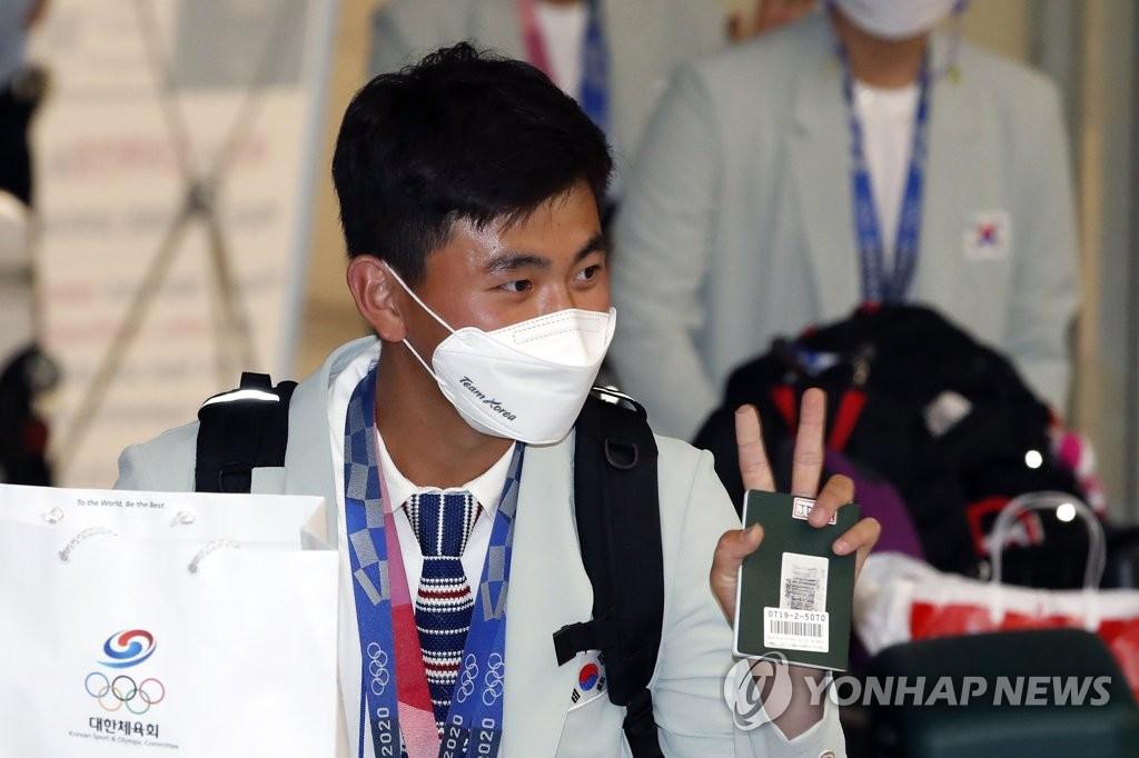[올림픽] '파이팅 궁사' 김제덕, 귀국 현장서 희열의 '파이팅'