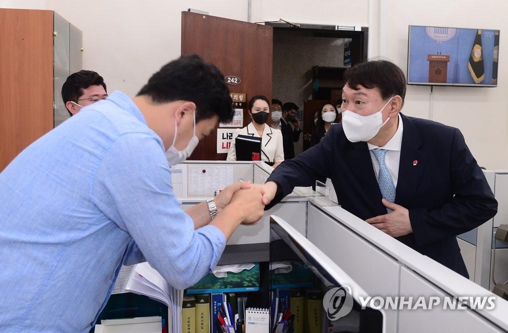 """당직자·보좌진에 몸낮춘 尹 """"정치 초년생 가르쳐달라"""""""