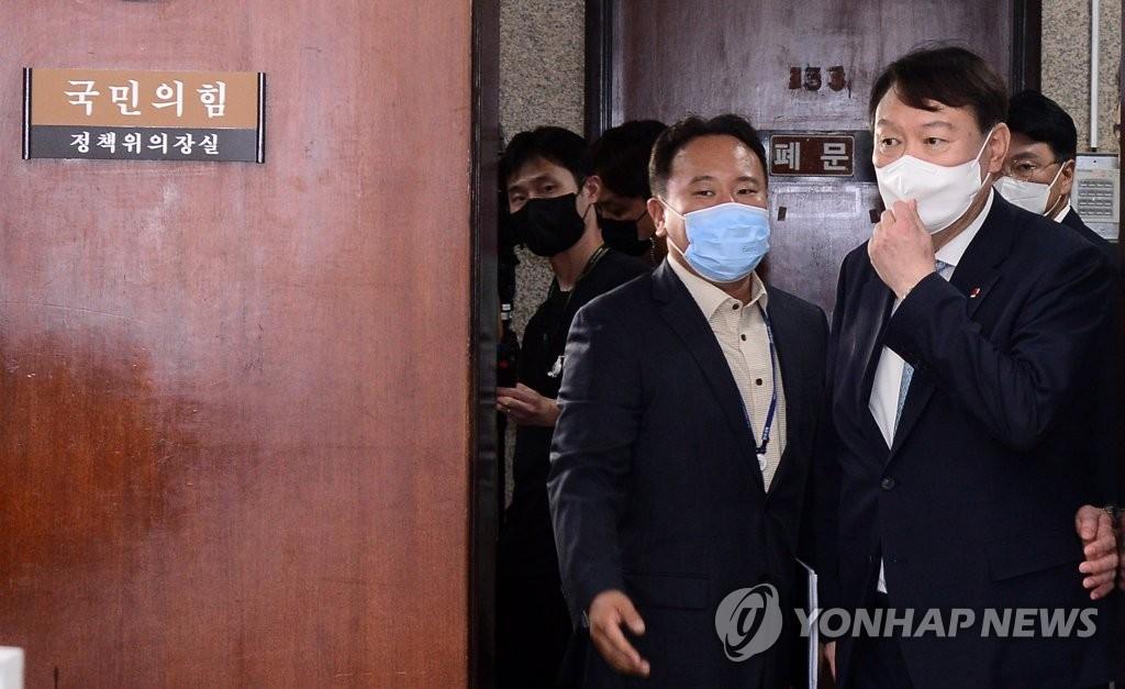 """尹, 국힘 의원실 돌며 입당 신고…""""많이 가르쳐달라""""(종합)"""