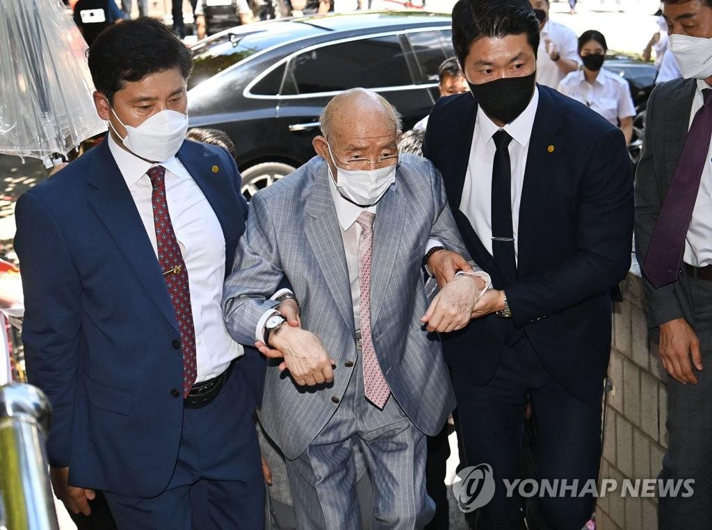 전두환, 부축받고 항소심 출석…건강 이상으로 재판 중 퇴정(종합)