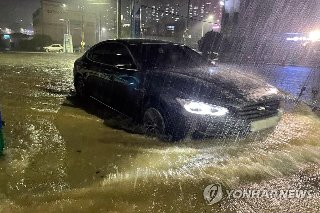 첫 태풍 '오마이스' 시간당 100㎜ 물폭탄…남부 침수피해 잇따라
