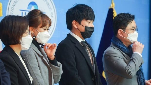 구하라법 통과 촉구 기자회견 당시, 순직 소방관 고(故) 강한얼씨 언니 화현 씨(왼쪽 두 번째), 고(故) 구하라의 오빠 호인씨(오른쪽 두 번째)  /사진=연합뉴스