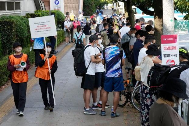 코로나 우려에 관전 자제 요청하는 도쿄올림픽 진행요원들/사진=연합뉴스