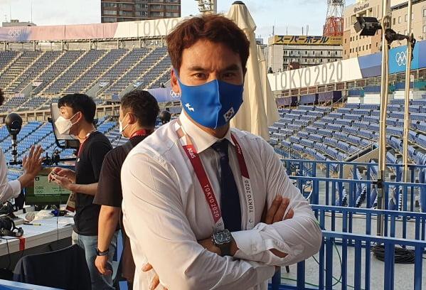박찬호 KBS 해설위원이 29일 2020 도쿄올림픽 야구 한국-이스라엘전이 열리는 일본 가나가와현 요코하마 스타디움에서 한국 취재진과 인터뷰하고 있다.  /사진=연합뉴스