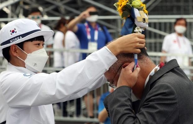 도쿄올림픽 양궁 여자 개인전 결승에서 금메달을 차지한 안산이 정의선 현대차그룹 회장의 목에 금메달을 걸어주고 있다. 사진=연합뉴스
