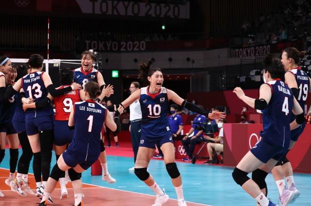 지난달 31일 한일전 승리 직후 기뻐하는 여자배구 대표팀 선수들. / 사진=연합뉴스