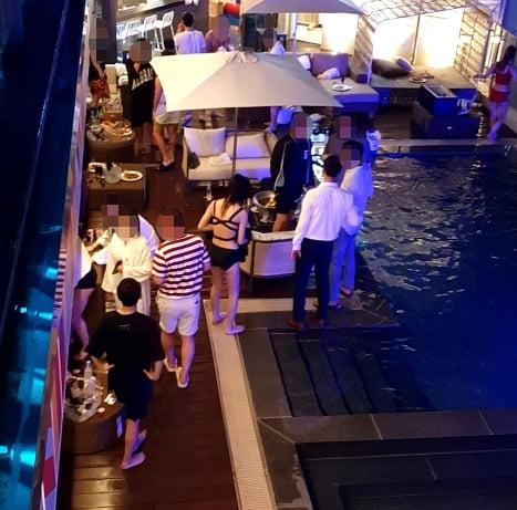 지난달 31일 강원 강릉시의 한 호텔에서 단속반의 눈을 피해 풀 파티를 개최했다가 적발됐다. /사진=연합뉴스