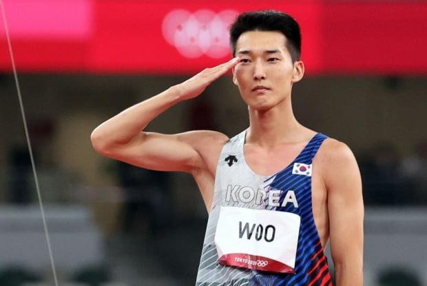 도쿄올림픽 남자 높이뛰기 우상혁(국군체육부대)이 1일 도쿄 올림픽스타디움에서 열린 결선에서 마지막 시도 실패 후 경례하고 있다. 사진=연합뉴스