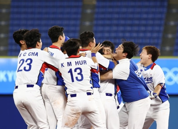 일본 요코하마 스타디움에서 열린 도쿄올림픽 야구 한국과 도미니카공화국의 녹아웃 스테이지 경기에서 한국 대표팀이 승리 후 환호하고 있다. /사진=연합뉴스
