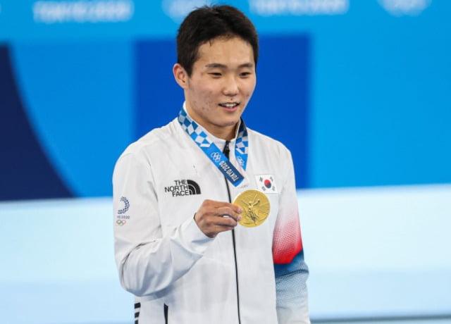2일 일본 아리아케 체조경기장에서 열린 도쿄올림픽 남자 기계체조 도마 결선에서 1위를 차지한 신재환이 경기 직후 열린 시상식에서 메달을 들고 기뻐하고 있다. /사진=연합뉴스