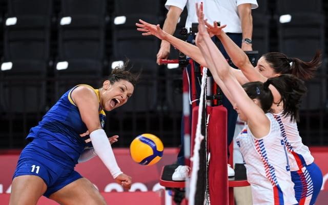 지난 달 31일 도쿄올림픽 여자 배구 예선 A조 경기에서 세르비아를 상대로 공격하는 탄다라. / 사진=AFP