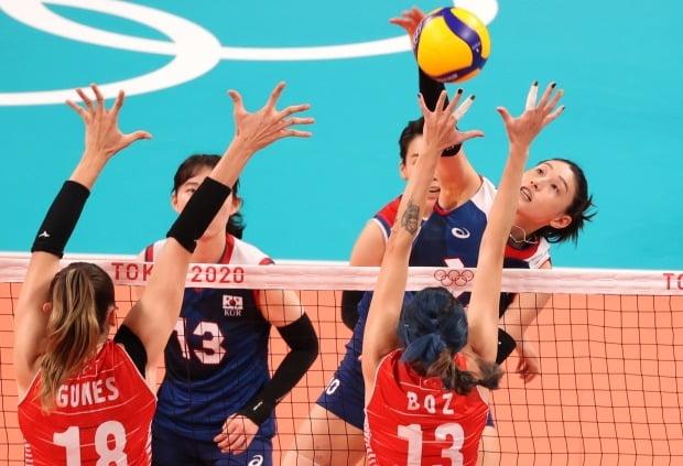 4일 일본 아리아케 아레나에서 열린 도쿄올림픽 여자 배구 8강 한국과 터키의 경기. 한국 김연경이 공격을 하고 있다. 사진=연합뉴스