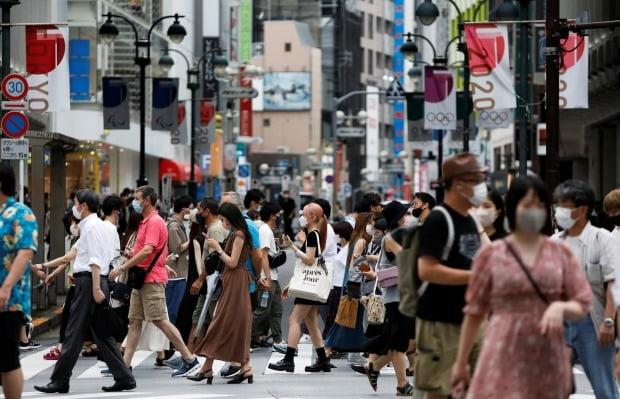 마스크를 쓴 일본 시민들이 시부야 상점가를 걷고 있다. 사진=REUTERS