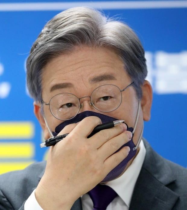 취재진 질문 듣는 이재명 후보 (사진=연합뉴스)