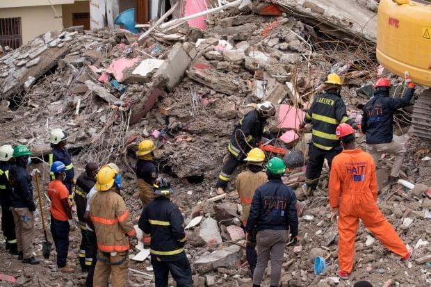 지진 생존자 수색 계속하는 아이티 / 사진=EPA