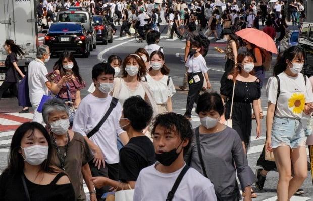 일본 도쿄 시내에서 마스크를 쓴 시민들이 걷고 있다. 사진=EPA