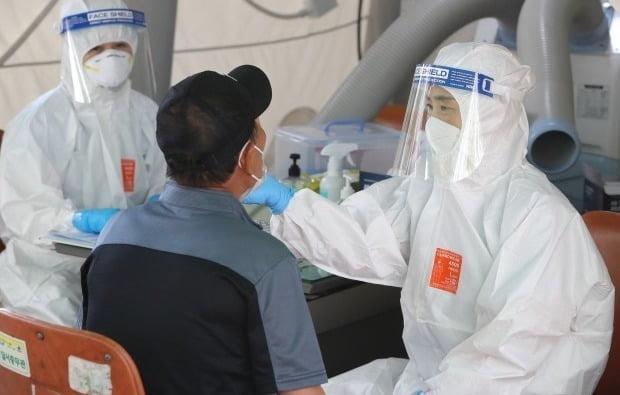 대구 달서구보건소 선별진료소에서 의료진이 신종 코로나바이러스 감염증(코로나19) 진단 검사를 위해 방문한 시민의 검체를 채취하고 있다. /사진=뉴스1
