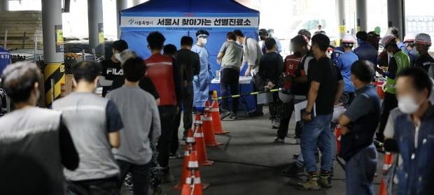 서울 중구 장충동 그랜드앰버서더서울풀만 호텔 리모델링 현장에 서울시에서 운영하는 찾아가는 선별진료소가 운영되고 있다. /사진=뉴스1