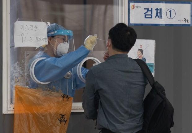 31일 오전 서울 중구 서울역광장에 마련된 코로나19 임시 선별진료소를 찾은 시민들이 검체검사를 받고 있다. /사진=뉴스1